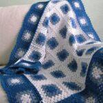 Manta con cuadros tejidos en crochet